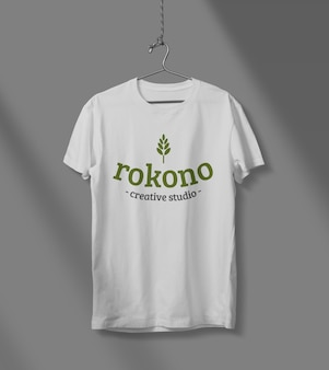 Design mockup t-shirt isolato