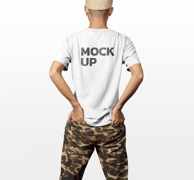 T-shirt torna indietro modello uomo mockup