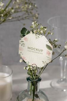 Mock-up da tavolo con carta di carta floreale
