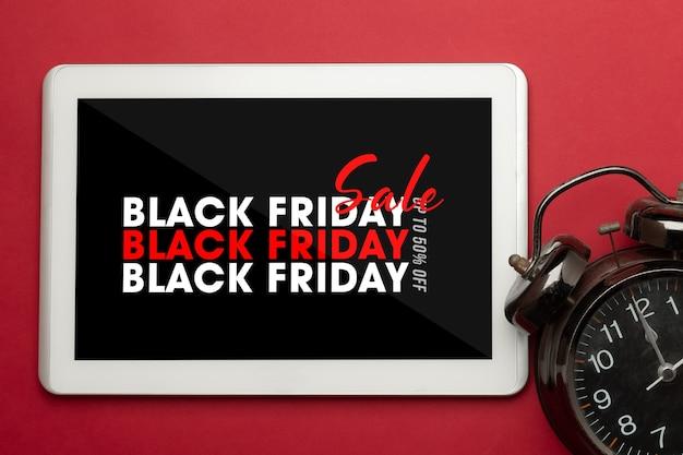 Computer tablet con mockup della campagna del venerdì nero per il tuo design