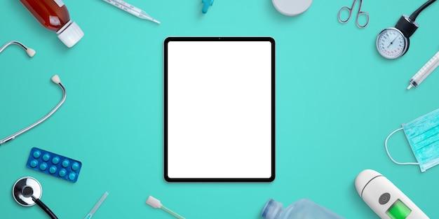 Modello della compressa sullo scrittorio dell'ospedale circondato da attrezzatura medica e medicine. creatore di scene psd di photoshop con livelli separati