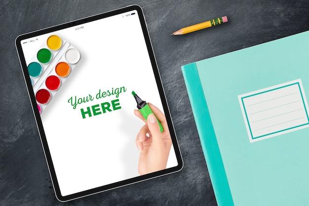 Tablet mockup e blocco note con la matita