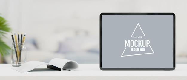 Il modello della compressa ha aperto le matite del libro sulla scrivania da lavoro bianca con lo spazio della copia del fondo della sfuocatura 3d render