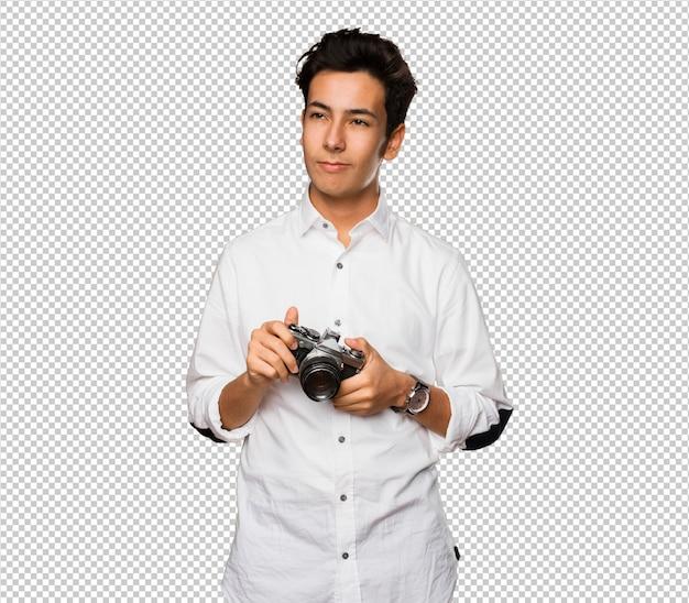 Adolescente che scatta foto con una macchina fotografica d'epoca