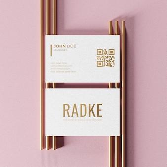 Mockup di biglietto da visita strutturato con design in oro