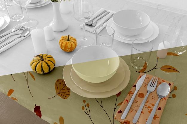 Disposizione dei tavoli da pranzo del ringraziamento con posate e bicchieri