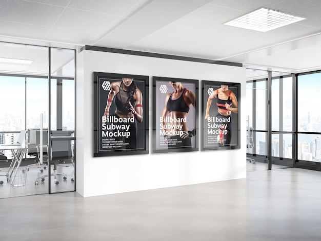 Tre cartelloni pubblicitari appesi al mockup della parete dell'ufficio