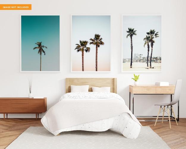 Tre cornici vuote per mockup in camera da letto bianca nel rendering 3d