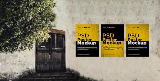 Tre mockup di poster incollati e sgualciti sul vecchio muro di grunge