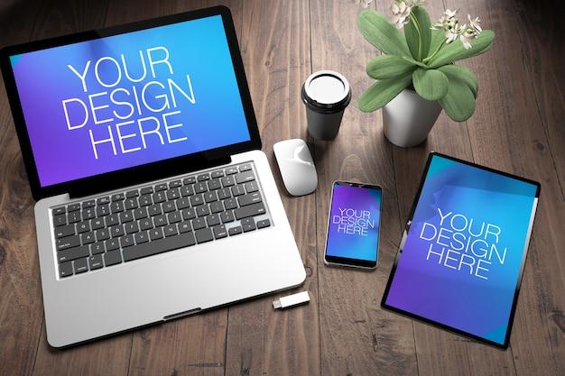 Tre dispositivi reattivi sul desktop in legno mock up