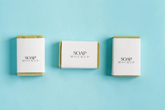 Confezione mock-up con tre confezioni di sapone con saponetta verde oliva