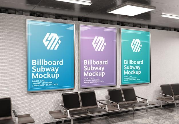 Tre cartelloni pubblicitari a4 verticali nella stazione della metropolitana mockup