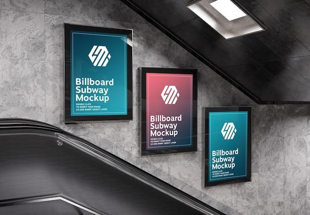 Modello di tre cartelloni pubblicitari verticali nella stazione della metropolitana