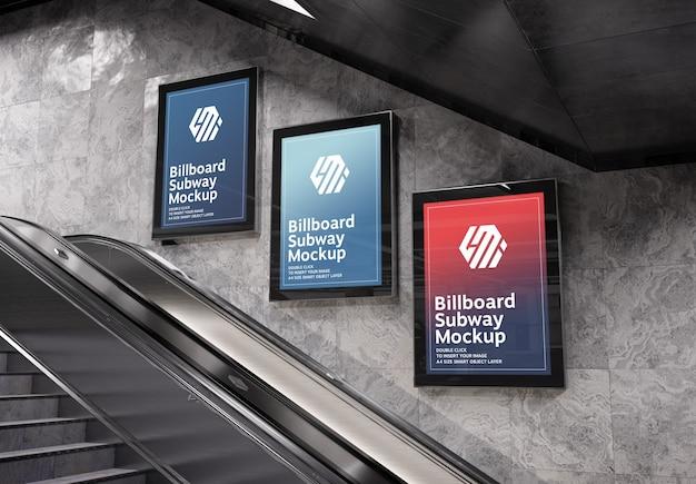 Tre cartelloni pubblicitari verticali nella stazione della metropolitana mockup