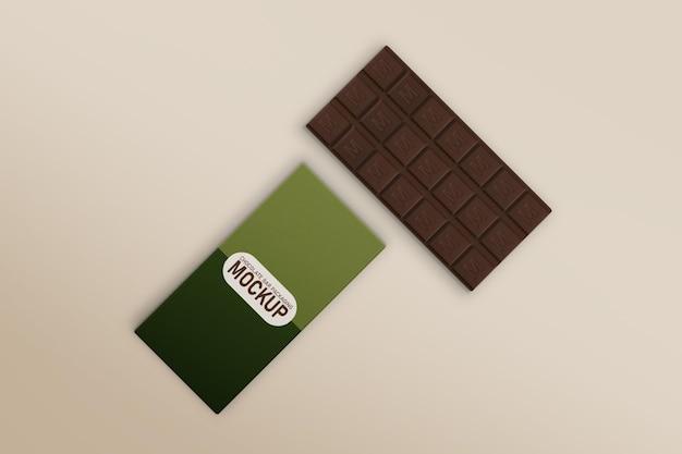 Barra di cioccolato inclinata e mockup di scatola di barrette di cioccolato
