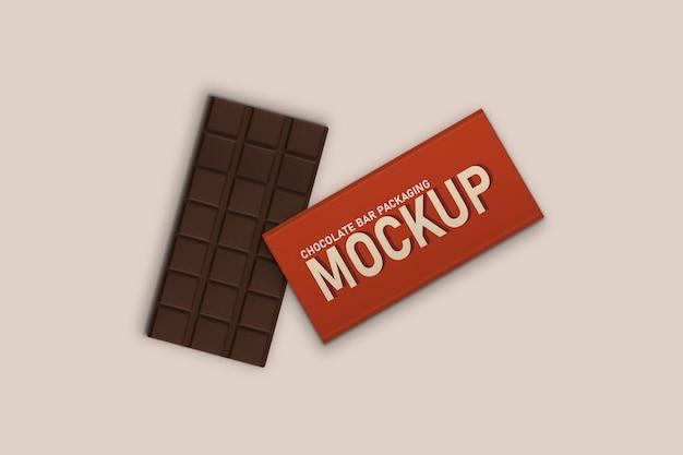 Barra di cioccolato inclinata e confezione di barrette di cioccolato mockup