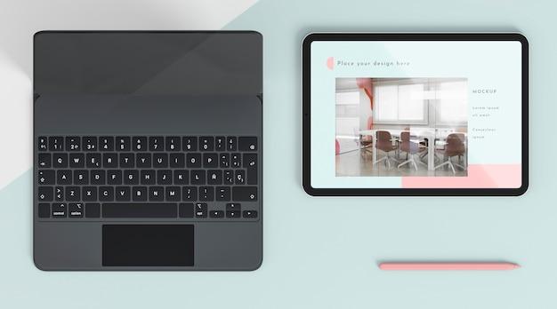 Disposizione vista dall'alto con tablet e tastiera