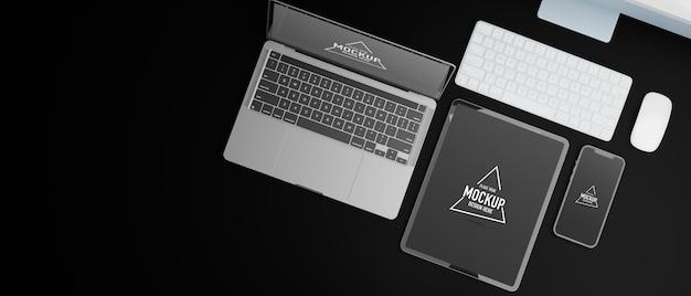 Vista dall'alto della tavola nera con rendering 3d dello schermo mockup di dispositivi digitali