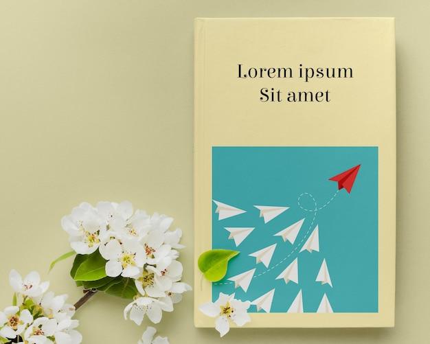 Disposizione di copertina del libro vista dall'alto