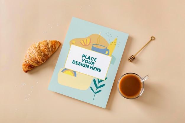 Vista dall'alto sul design del mockup del libro di cucina vicino ai pasticcini