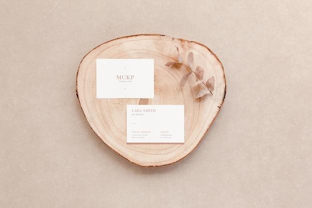 Vista dall'alto del mockup delle carte aziendali e degli oggetti naturali. presentazione del marchio