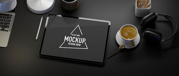 Vista dall'alto creativo spazio di lavoro nero tablet mockup caffè laptop cuffie tavolo nero sfondo
