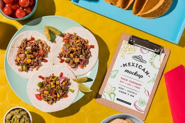 Vista dall'alto deliziosi tacos sul piatto