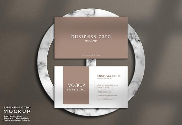 Modello di biglietto da visita elegante vista dall'alto con sfondo in marmo e ombra