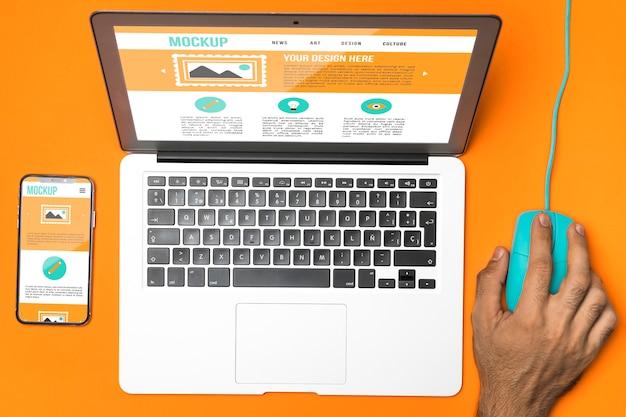 Computer portatile, telefono e mouse con vista dall'alto