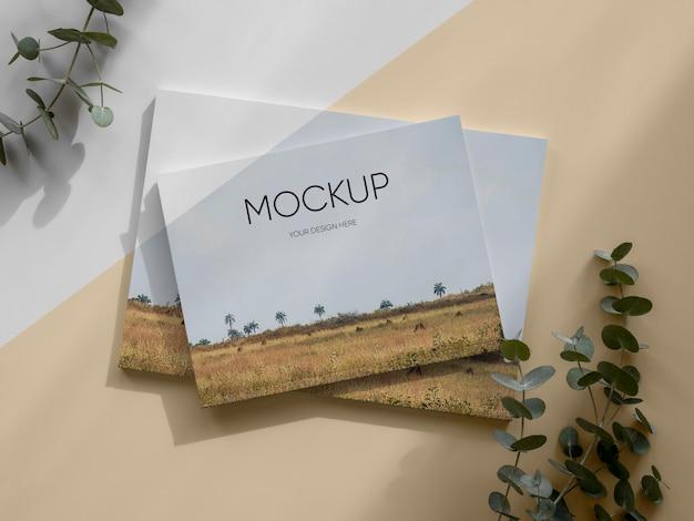 Mockup di rivista vista dall'alto con foglie