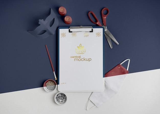 Vista dall'alto dell'invito di carnevale minimalista con appunti e forbici
