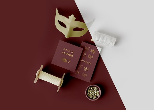 Vista dall'alto dell'invito di carnevale minimalista con maschera e perline