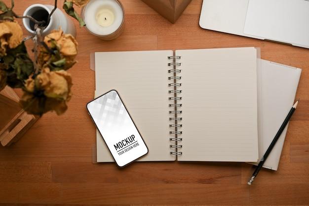 Vista dall'alto del mockup di smartphone notebook vuoto aperto