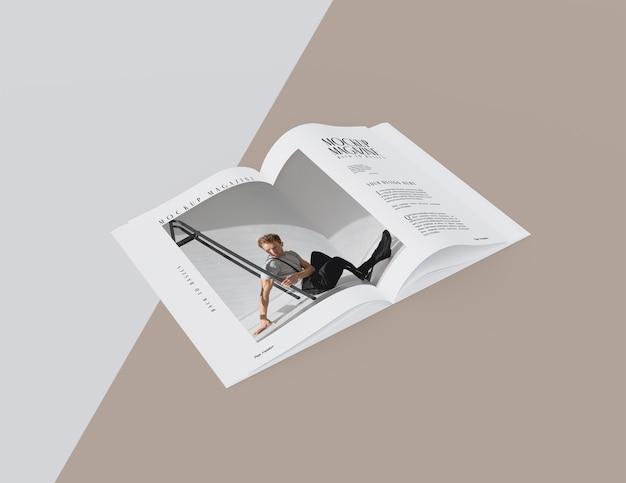 Vista dall'alto sul modello di design di una rivista aperta
