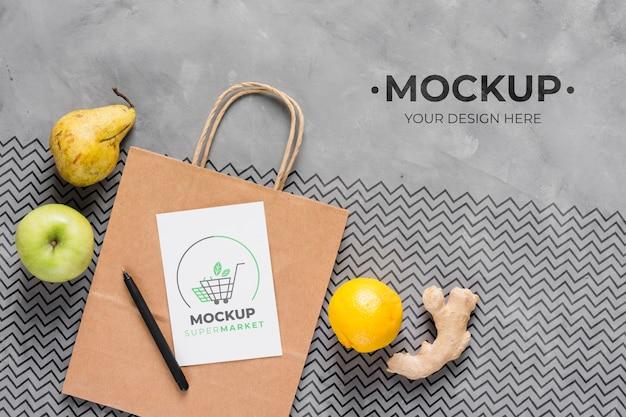 Mock-up di sacchetto di carta vista dall'alto e frutta