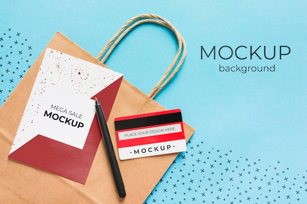 Mock-up di sacchetto di carta vista dall'alto con carta di credito