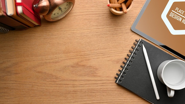 Vista dall'alto dell'area di lavoro semplice con il mockup della penna stilo della tavoletta digitale