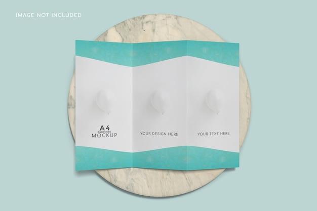 Mockup di brochure a tre ante con vista dall'alto sulla superficie in ceramica