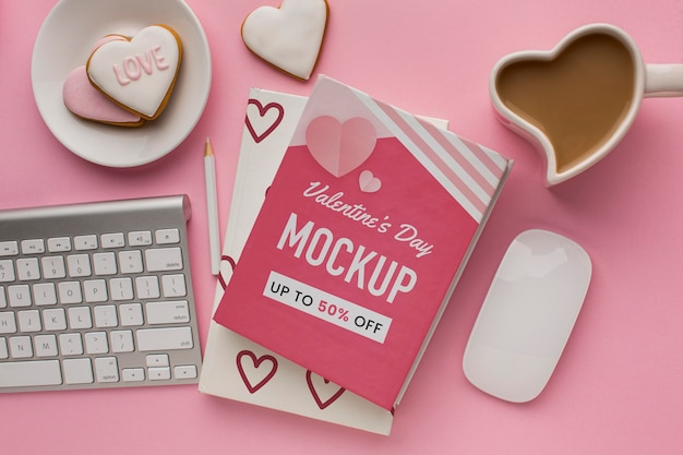 Vista dall'alto biscotti e caffè di san valentino con carta mock-up