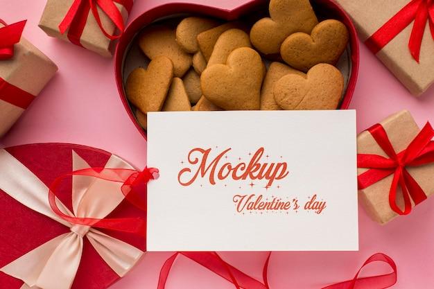 Biscotti di san valentino vista dall'alto con carta mock-up Psd Premium