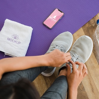 Donna vista dall'alto si prepara per lo yoga