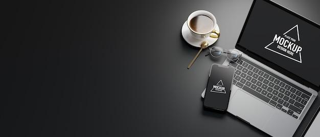 Vista dall'alto dello spazio di lavoro con laptop, smartphone, tazza di caffè e spazio copia, rendering 3d, illustrazione 3d