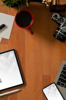 Vista dall'alto dell'area di lavoro con tablet digitale e mockup di smartphone