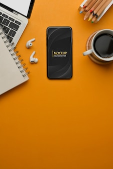 Vista dall'alto dell'area di lavoro con cancelleria per tazza di caffè per smartphone portatile