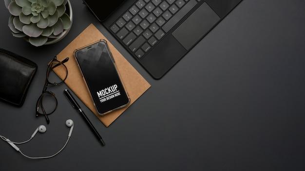 Vista dall'alto dell'area di lavoro con il mockup dello smartphone