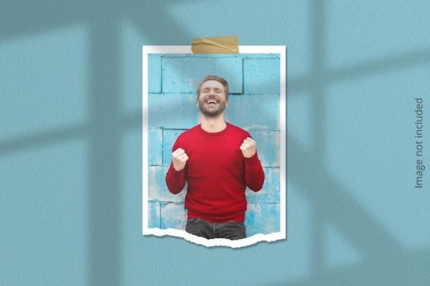Mockup di cornice per foto ritratto polaroid strappato con sovrapposizione di ombre