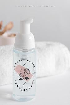 Mock-up di bottiglia per pompa in schiuma cosmetica in plastica trasparente. Psd Premium