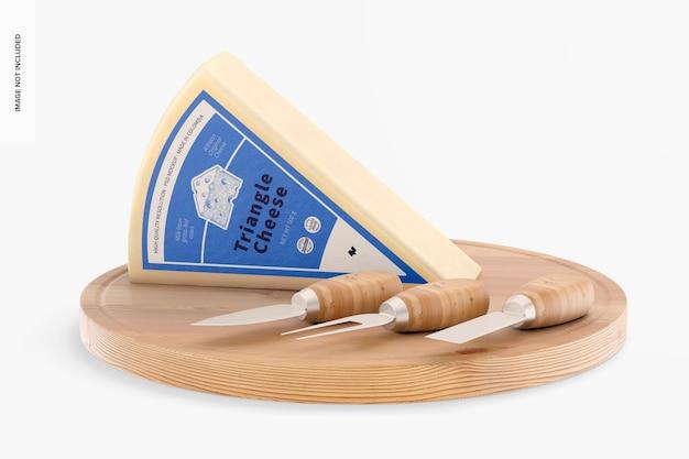 Mockup di formaggio a triangolo sul tavolo