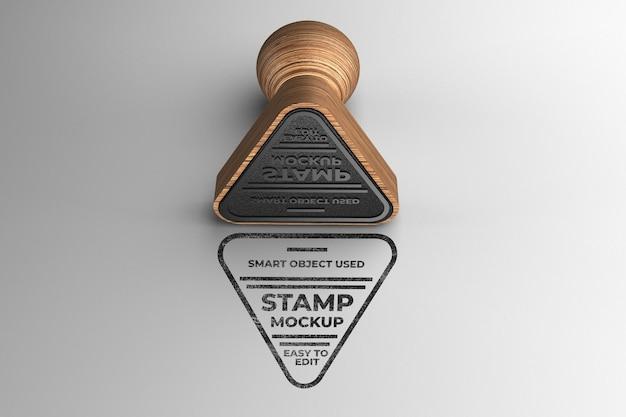 Mockup di francobolli in legno a forma di triangolo