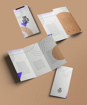 Brochure a tre ante o mockup di invito isolati